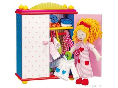 Goki Oblékací látková panenka Karry se skříní ze dřeva